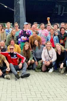 Hoe een groepsfoto van Lowlands de kanker even op een zijspoor zet