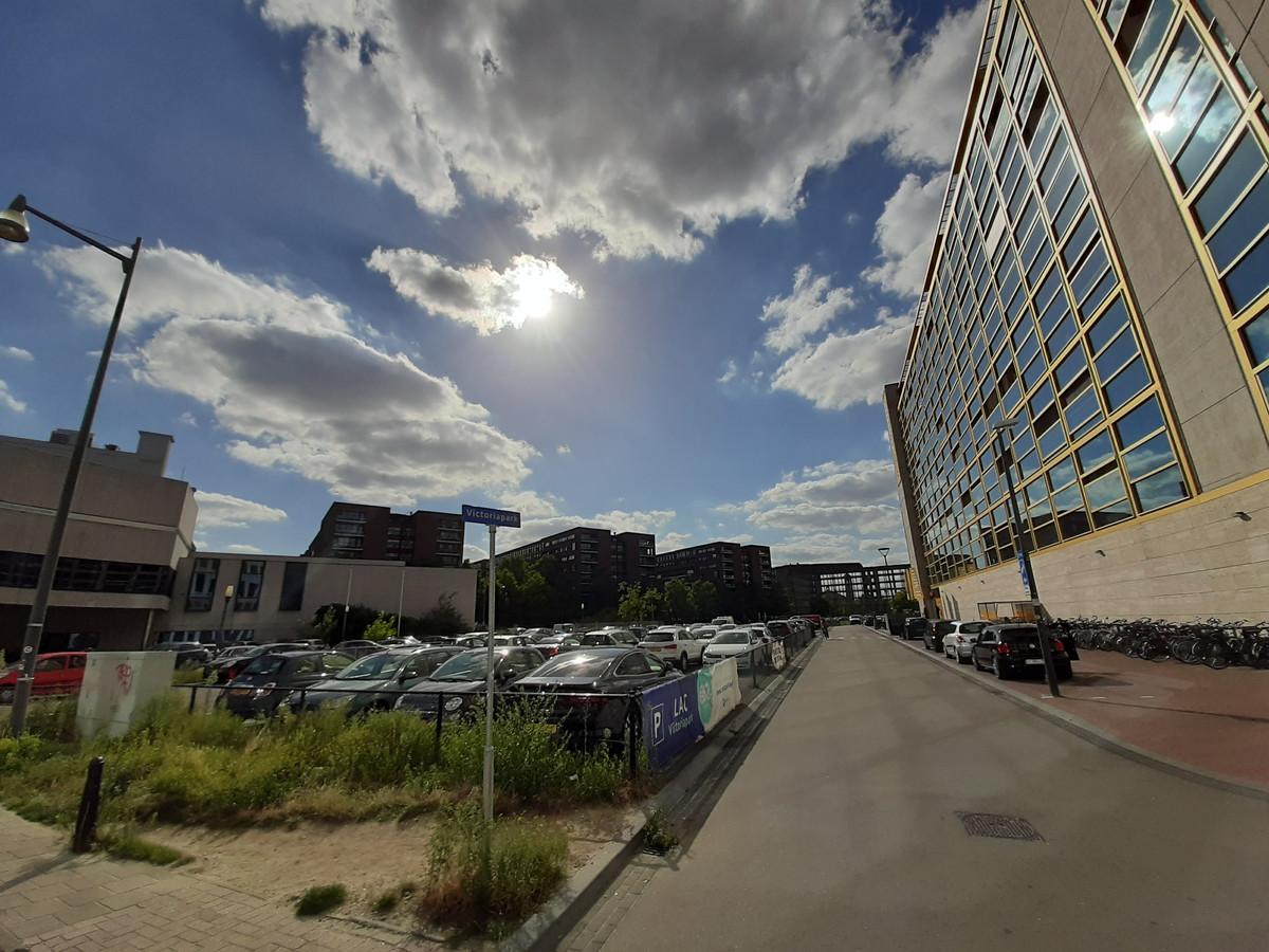 Het binnenterrein in het Emmasingelkwadrant met op de achtergrond het karkas aan de Vonderweg en rechts het voormalige Philips Lighting.