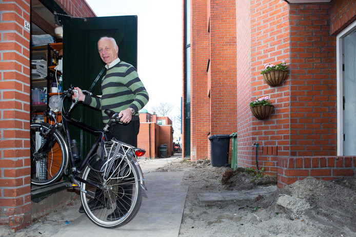 Archiefbeeld:  Eikenhof (2017), De Lier. Nico van den Heuvel moest zijn fiets flink optillen om deze in zijn schuur te zetten.