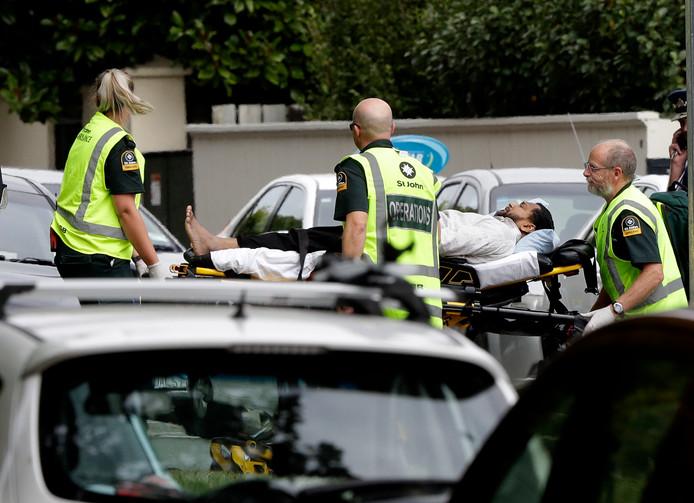 Ambulancepersoneel voert een gewonde van de schietpartij bij de moskee in Christchurch af.