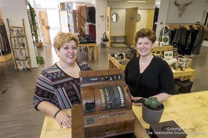 Kirsti Nolten-Fransen (L) en Jannet Conti-Van der Klok in hun nieuwe winkel met mode voor vrouwen vanaf maat 42.
