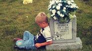 Door merg en been: kleuter treurt bij graf van zijn doodgeboren tweelingbroer