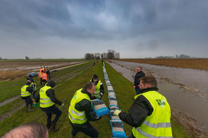 Storm in Nederland. Op het Kampereiland werd in januari voor het eerst de KEI-brigade ingezet om de dijk te verstevigen met zandzakken.