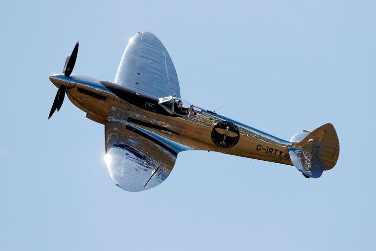Ontdaan van machinegeweren en verf probeert deze Spitfire uit de Tweede Wereldoorlog een rondje om de wereld te vliegen. Matt Jones is de eerste piloot die met het legendarische Britse gevechtsvliegtuig een poging waagt.  Beeld AFP