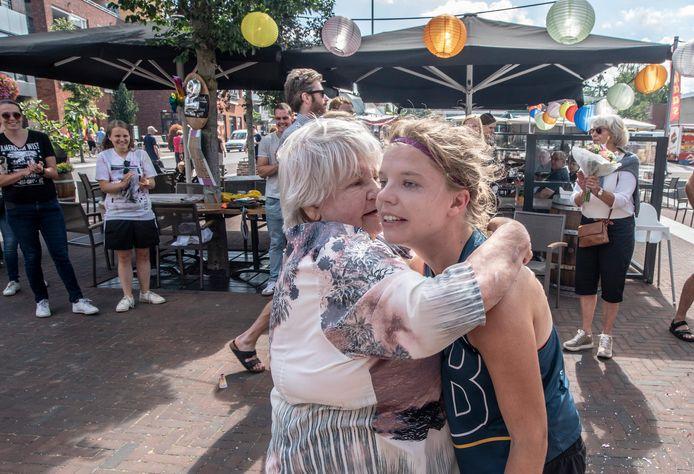 Hanne Wijnakker (27) zou de marathon van Berlijn lopen, maar die ging niet door. Zaterdag liep ze toch een marathon. Haar eigen marathon. Hier valt ze in de armen van oma Ida. ,,Ik heb overal m'n best gedaan om afstand te houden, maar dit kon ik niet weigeren.''