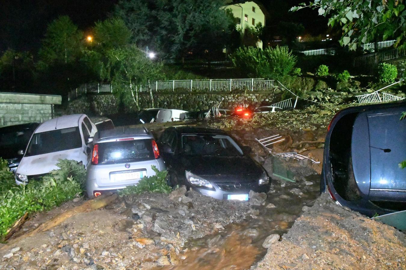 Verwoeste voertuigen in Casargo, Lecco, Italië.