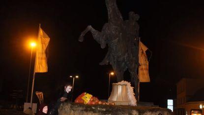 Ajuinen troef in Ros Beiaardstad: Aalsterse carnavalisten teisteren Hollandse Kazerne en Ros Beiaardbeeld op rotonde