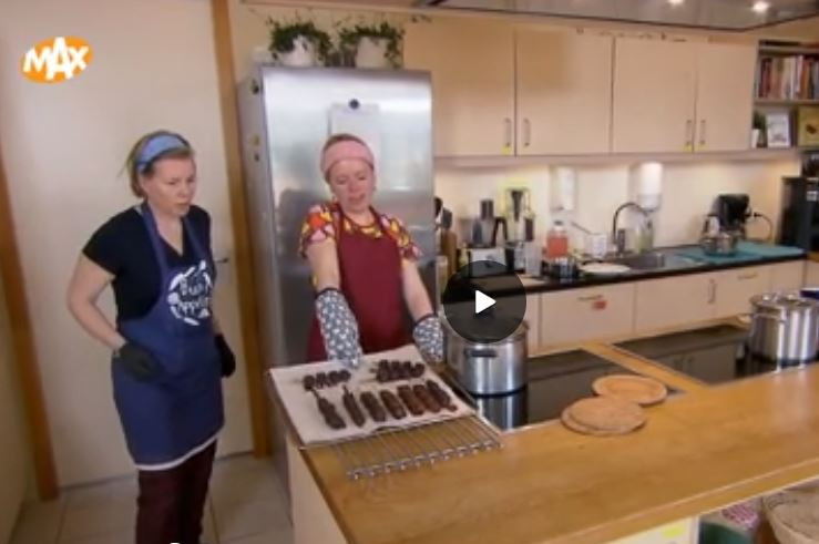 Anneke (rechts) en Corine tijdens hun dipmoment in de uitzending van 'Uit Mijn Keuken'.