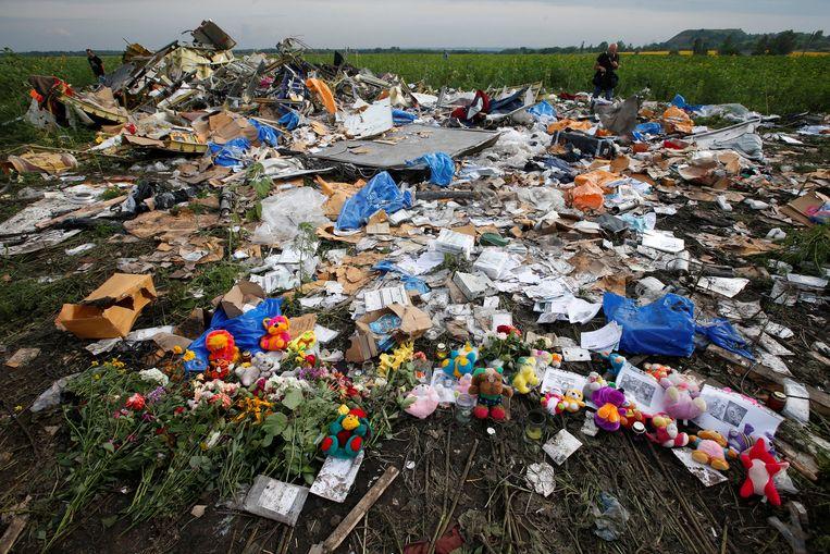 Bloemen bij schrootstukken van MH17. Beeld REUTERS