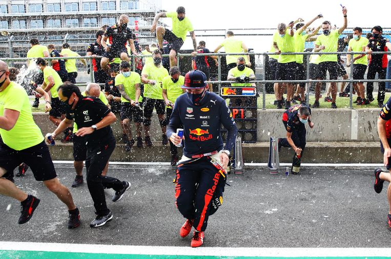 Verstappen viert de overwinning met zijn team. Beeld Getty Images
