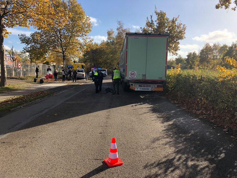 De vrachtwagen stond op de weg geparkeerd.