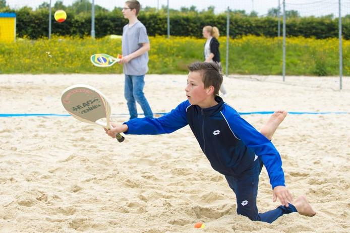Leerling Yoren van Egten duikt achter de bal aan op het zandstrand achter Omnisport bij Apeldoorn Beach Club.[FOTOBRON]foto Maarten Sprangh
