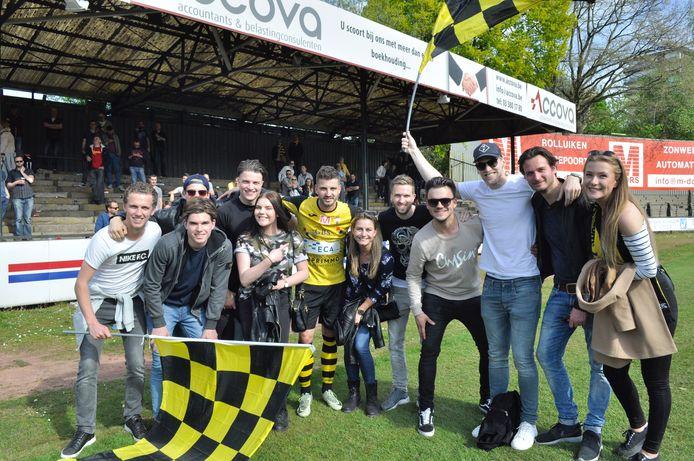 Jelle van Kruijssen (midden in voebaltenue) met vrienden en familie na de gewonnen kampioenswedstrijd van Berchem Sport in 2017.
