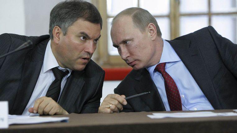 De Russische president Vladimir Poetin in overleg met de adjunct-chef van de Kremlin-administratie Vyacheslav Volodin.
