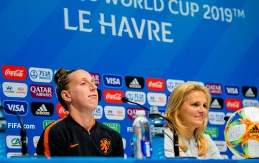 Sarina Wiegman en doelvrouw Sari van Veenedaal op de persconferentie in Le Havre.