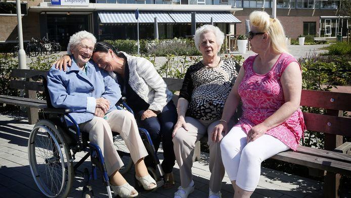 Buiten zitten is genieten, maar dat kan alleen met begeleiding. vlnr: Corrie-Venus de Ruiter, haar kleindochter Carla, Johanna van den Hof en haar dochter Jolanda van den Hof