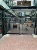 De passage bij Omnizorg in Apeldoorn is al jaren afgesloten met een hek.