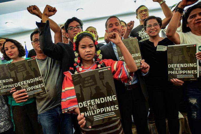Ben Leather (r) van de ngo Global Witness tussen milieu-activisten in Manilla, hoofdstad van de Filipijnen. Beeld AFP