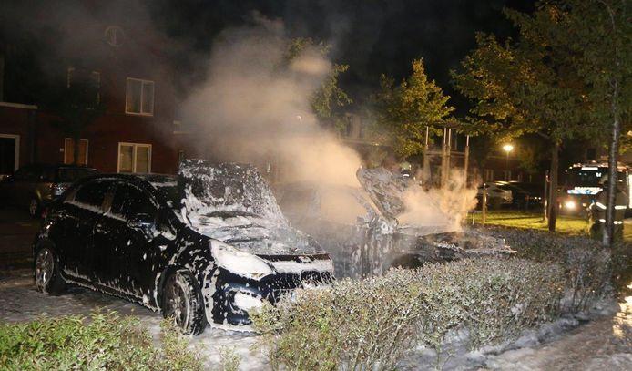 Twee auto's uitgebrand op het Melodiehof in Rosmalen.