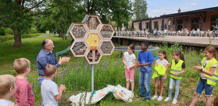 De kinderen openen het bijenhotel aan het Spoorhuis