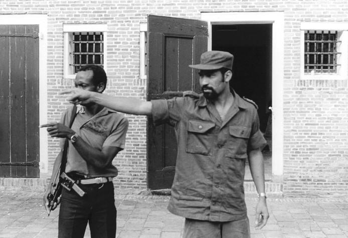 Desi Bouterse (rechts) in Fort Zeelandia in maart 1982, na een mislukte couppoging van zijn tegenstanders Rambocus en Hawker.