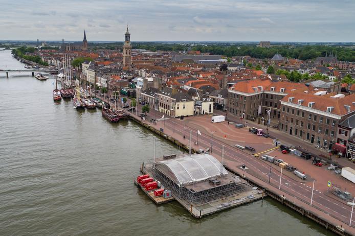 Voorbereidingen internationale Hanzedagen Kampen die donderdag beginnen. Opbouw podium in de IJssel tegenover het van Heutszplein.