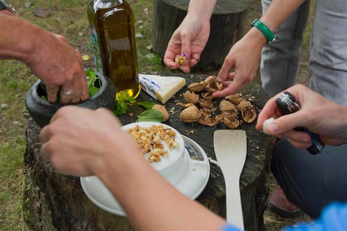 Landschapsbeheer leert deelnemers aan de workshop Lekker Groen van welke producten uit de natuur een gerecht kan worden gemaakt.