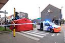 De fietsster stak de rijbaan over op de oversteekplaats en werd gegrepen door een betonmixer die rechtsaf de Spoorweglaan indraaide.