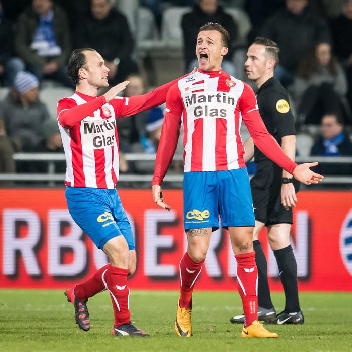 FC Oss speler Mats Grotenbreg jubelt na zijn 1-1 tegen De Graafschap.