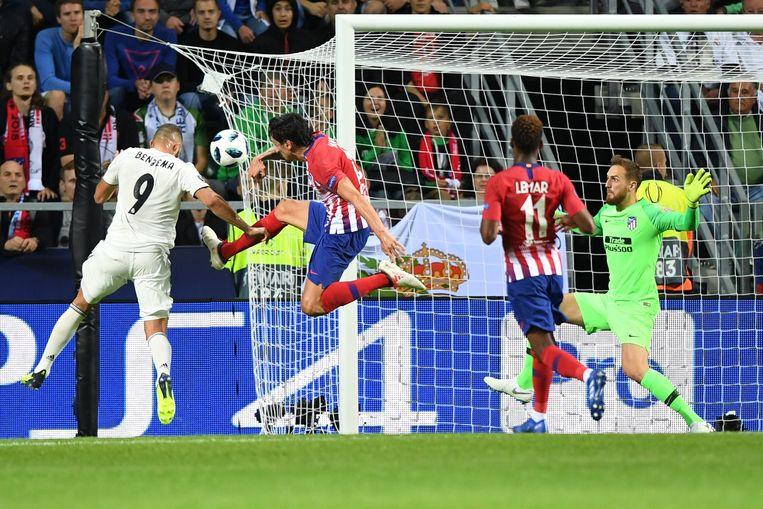 27' Benzema kopt raak op voorzet van Bale 1-1.