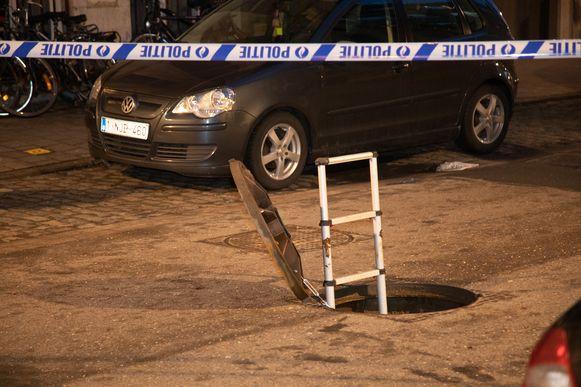 Belgie 20190203 Tijdens het onderzoek naar een inbraak in een filiaal van BNP Paribas Fortis aan de Belgiëlei in Antwerpen, zijn twee tunnels gevonden die vermoedelijk door de inbrekers zijn gemaakt en gebruikt. Dat bevestigt de lokale politie. De omvang van de eventuele buit is nog onbekend, maar er zijn verschillende kluizen opengebroken.