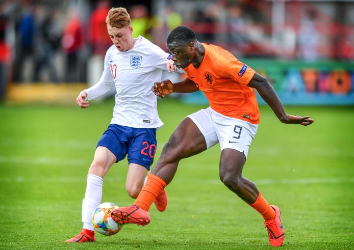 Brian Brobbey (17) in actie tegen Engeland, dat in de poulefase met 5-2 werd verslagen.