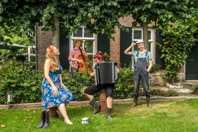 Klaartje van Veldhoven, Benjamin Glorieux, Renée Bekkers en Mattijs van de Woerd (v.l.n.r.) brengen de 'Boerencantate', een mini-opera op een boerenweiland.