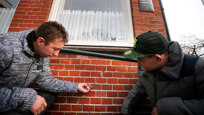 Een scheur in een muur van het dorpshuis in het Groningse Leermens.