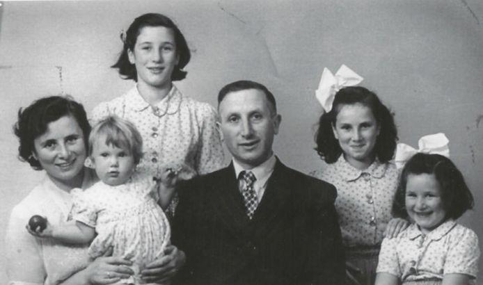 Het gezin Samuel. Ruth zit uiterst rechts op de foto. Verder haar vader David,  haar moeder Betje en haar zussen Louise (links achteraan) en Hannie. De baby is zusje Daniëlle.