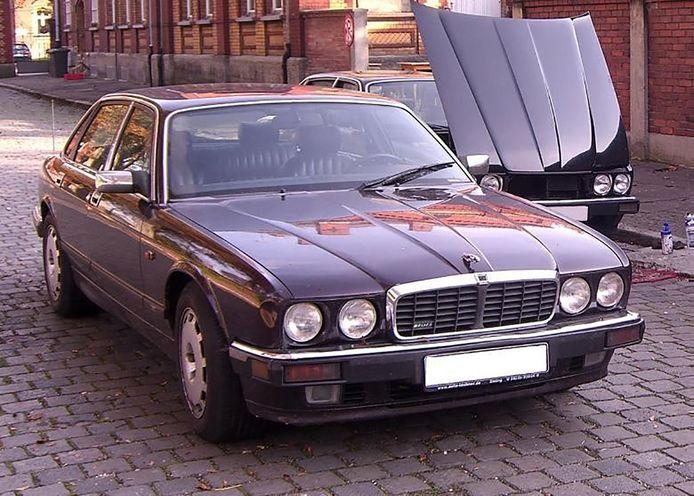 Le premier véhicule suspect est une Jaguar XJR 6 de couleur sombre qui portait une plaque allemande immatriculée à Augsbourg, en Bavière.