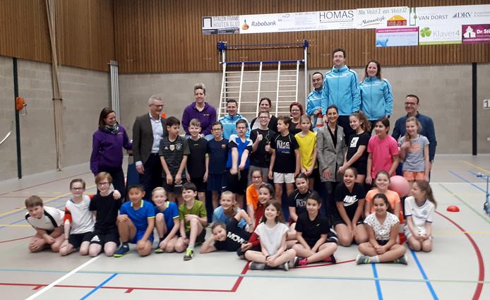 Groep 7 De Klimroos met Jurre van Dijk, winnaar Sjors Sportief-tekenwedstrijd, leerkrachten, wethouder en andere genodigden.