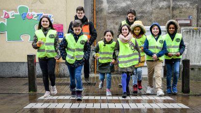 Na meer dan geslaagde helm- en fluoactie in basisscholen: meer dan duizend leerlingen krijgen reflectoren voor op fiets