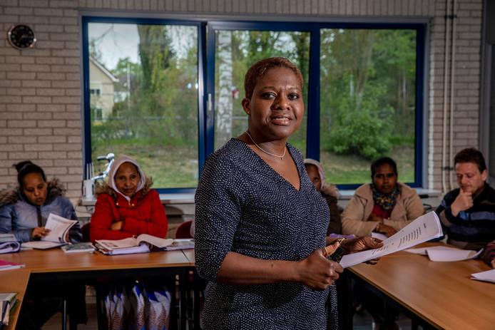 Joan Kruitwagen loopt vooruit op de nieuwe inburgeringswet. Ze begeleidt nieuwkomers niet alleen in het klaslokaal maar ook daarbuiten. Op zoek naar passend werk.