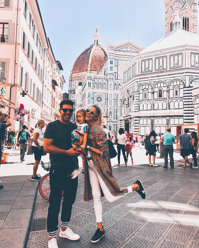 Diego Simeone met zijn vriendin Carla Pereyra en dochtertje in Florence.