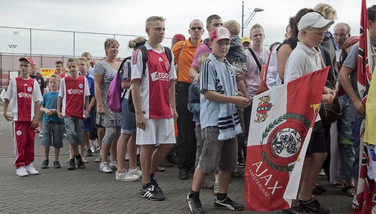 Het belooft een mooie dag te worden. Het weer zit mee en de selectie wordt straks gepresenteerd aan de duizenden fans die zijn afgekomen op de open dag van Ajax. Foto Amaury Miller Beeld