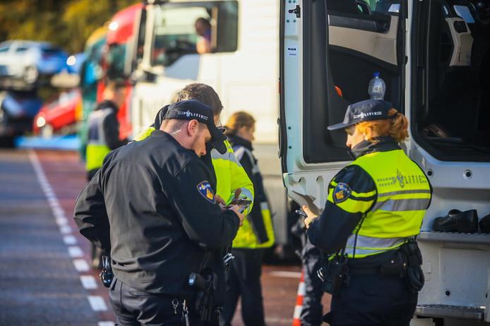 Agenten controleren dinsdag op het gebruiken van mobiele telefoons tijdens het rijden.