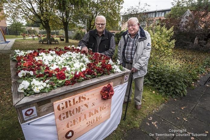 (Links) Nico van t Veer (86) en Arnold van Kouwenhoven (86). Zij zijn de groene vingers van zorgcentrum de Posten.