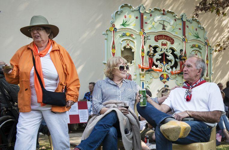 Bezoekers van de Oranjemarkt op de Oranjehof in Johannesburg. Enkele bewoners halen geld op om het kapotte draaiorgel te laten maken Beeld
