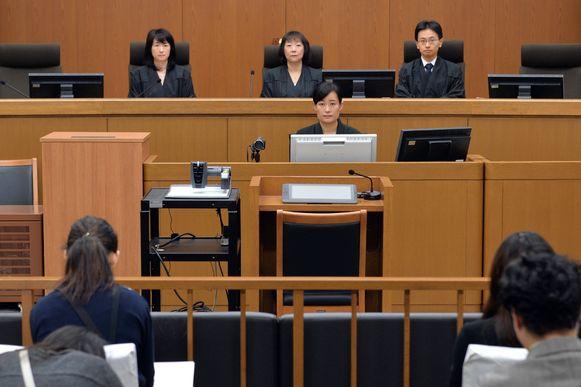 De rechters (bovenaan) net voor hun uitspraak.