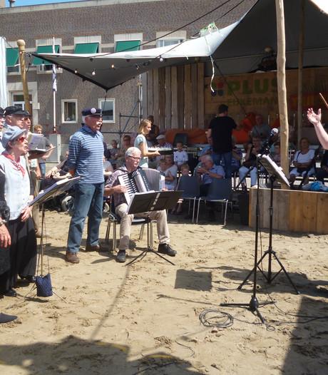 Senioren genieten van smartlappenkoor tijdens Schijndel aan Zee