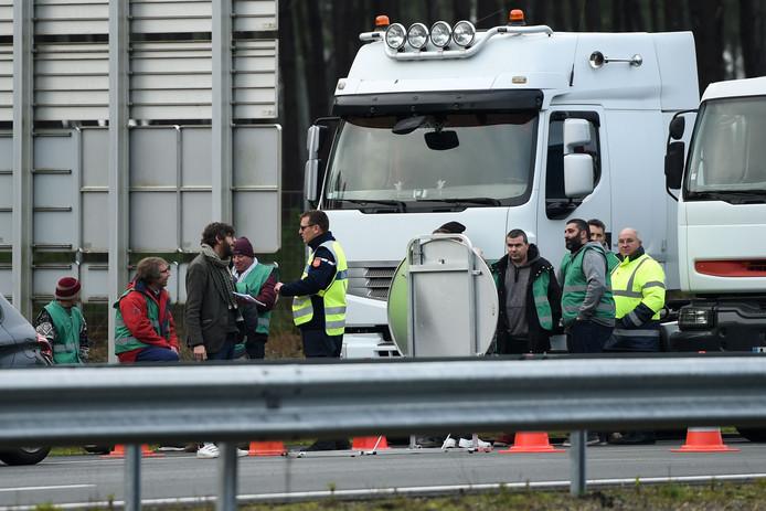 Vrachtwagenchauffeurs hebben  onder meer de A63 in het zuidwesten van Frankrijk geblokkeerd. Ze zijn bang dat hogere  brandstofaccijns banen gaat kosten.