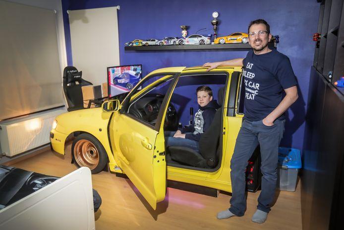 Cliff Haerden bouwt voor zijn zoon Linus een autosimulator in de slaapkamer.
