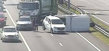 Vuilniswagenchauffeur voorkomt ongeluk door wegblokkade bij gekantelde caravan