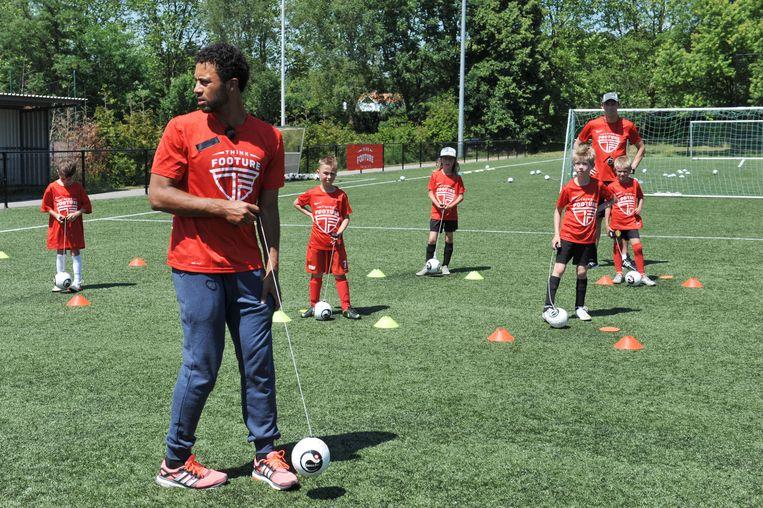 Moussa Dembele tijdens een voetbalkamp voor kinderen.